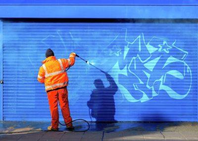 Odstranění graffiti z vrat 004