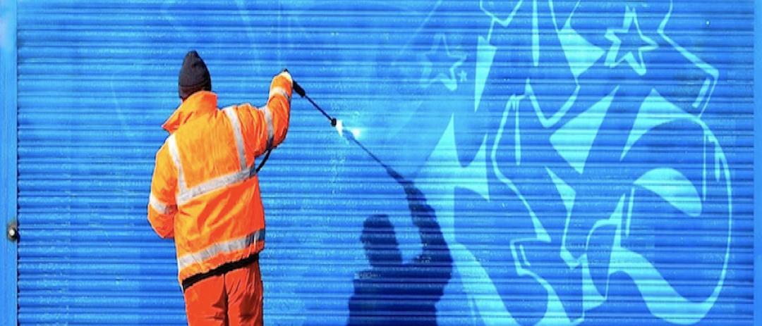 Odstranění graffiti z vrat