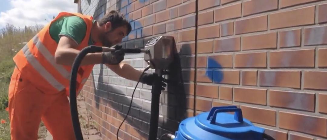 Odstranění graffiti ze zdi